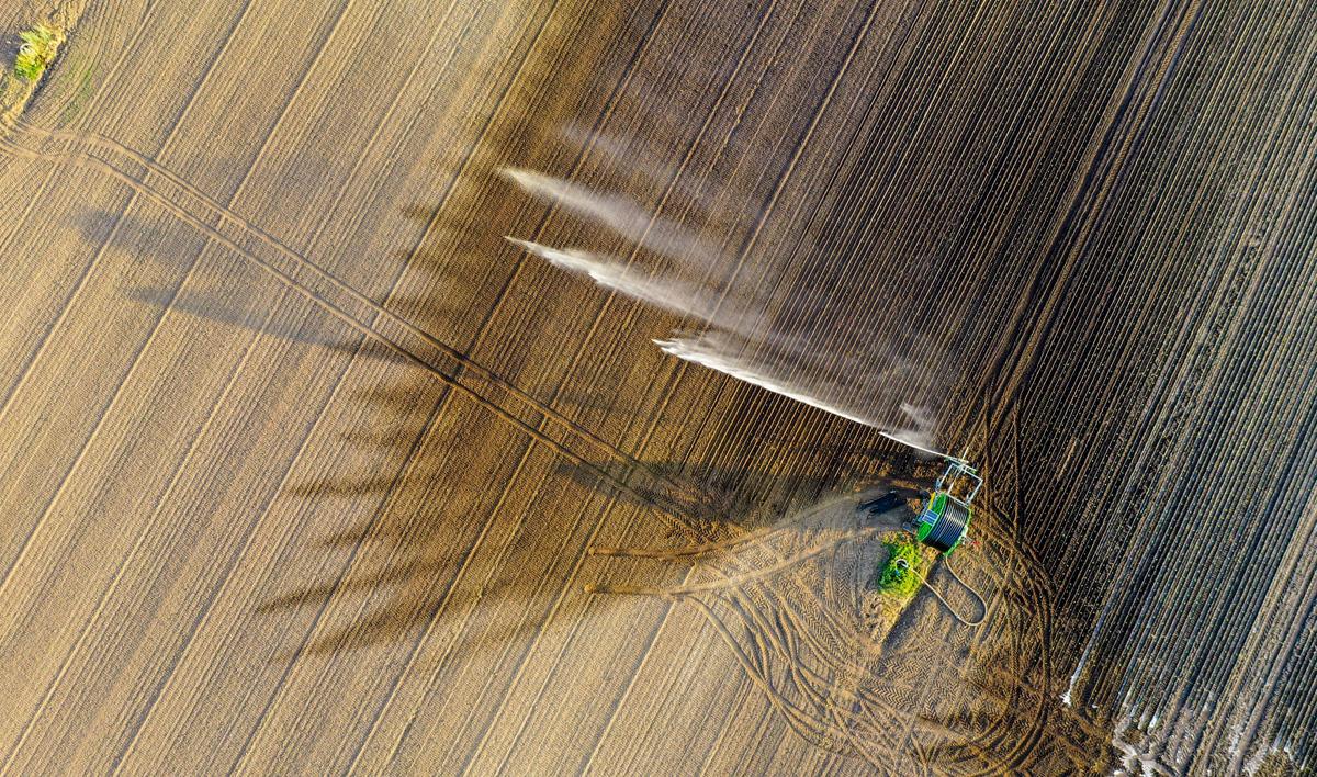 Cañón de riego a vista de dron durante los expermientos.